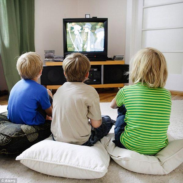 Tényleg elromlik a szemünk, ha túl közelről nézzük a tévét?