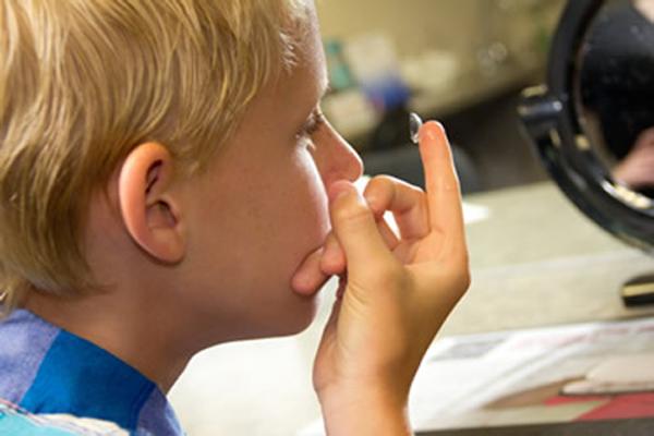 Kontaktlencse viselés gyerekkorban