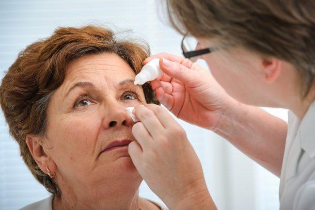 Operáló orvos által előírt szemcsepp használata
